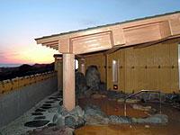 日本海に沈む夕日を望む露天風呂