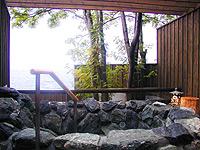 支笏湖目前にある客室に備えられたプライベートな温泉と貸切露天風呂が人気。